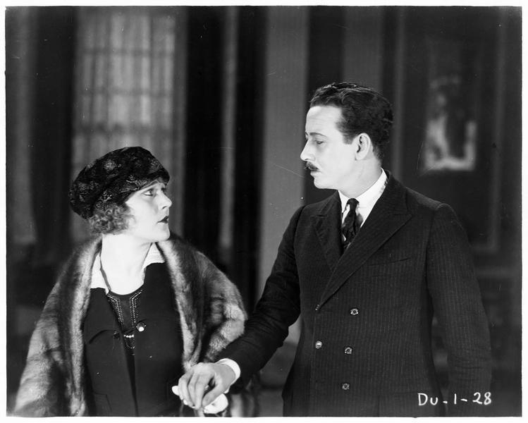 Helen Meriless (L. Lovely) et Byron Millard (P. MacCullough)