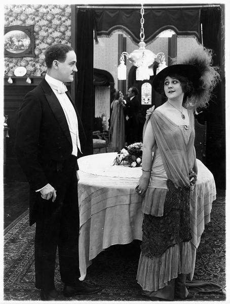 Bessie Brayton (L. Lovely) et un homme en tenue élégante