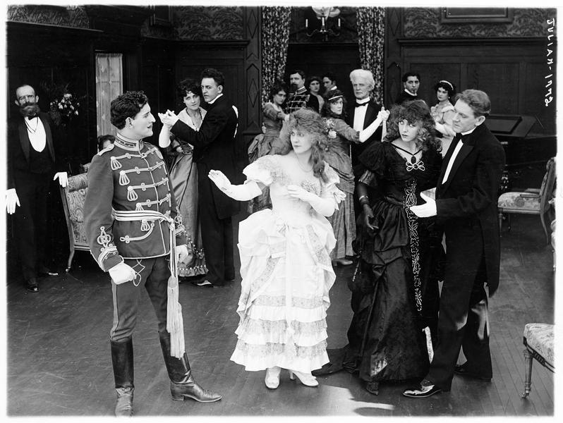 Bettina Scott (L. Lovely) et Suzie Scott (F. Billington) sur la piste de danse