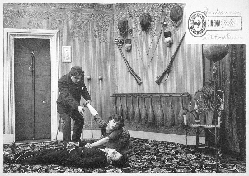 Une femme (G. Dermoz) agenouillée auprès d'un homme ligoté gisant au sol