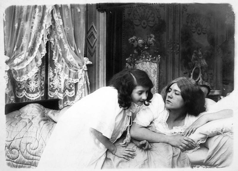 Une fillette venant voir sa mère (G. Dermoz) dans la chambre