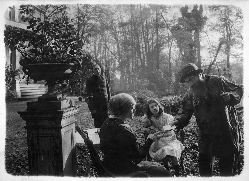 Un homme remettant un billet à une femme dans le parc