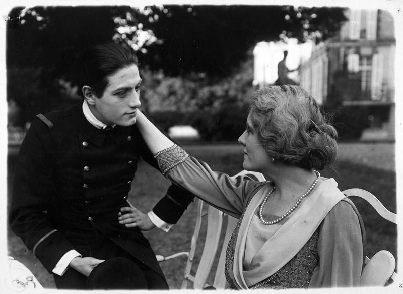 Une femme esquissant un geste tendre envers un jeune homme