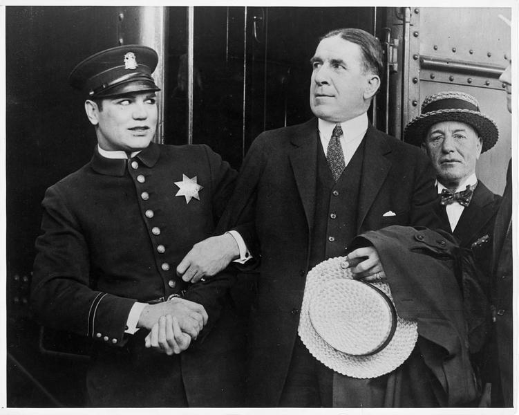 Un policier (J. Dempsey) arrêtant Jim Corbett, un ex-champion de boxe