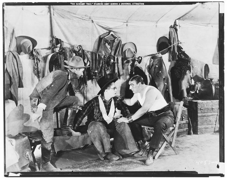 Hoot Gibson sous la tente qui abrite les costumes et accessoires
