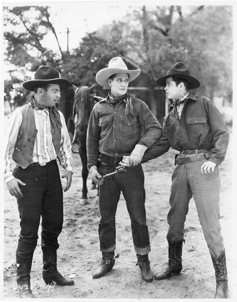 Un cow-boy (H. Gibson) neutralisant la main d'un homme qui tient un revolver