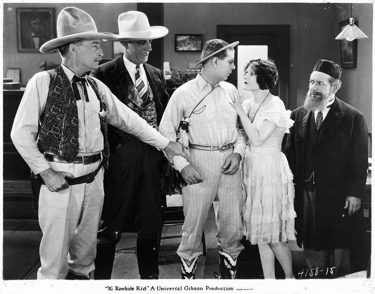 Dennis O'Hara (H. Gibson) échangeant un dernier regard avec Jessica Silverberg (G. Hale) avant d'être emmené par le shérif