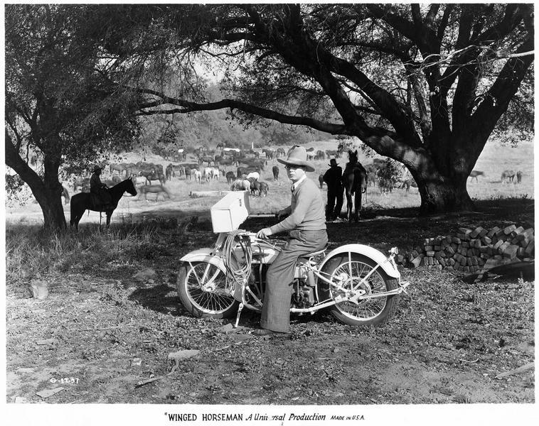 Hoot Gibson sur un cyclomoteur