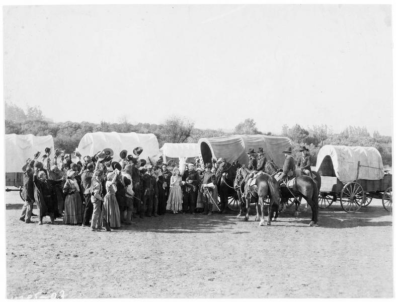 Un couple accompagné d'un groupe de voyageurs face aux autorités
