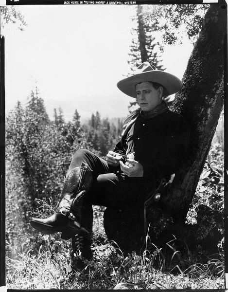 Frank Moody (J. Hoxie) assis sous un arbre