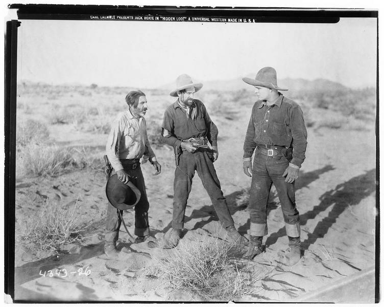 Cranner (J. Hoxie) menacé par un homme avec son revolver