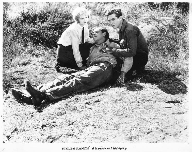 Breezy Hart (F. Humes) et une femme aux côtés d'un homme gisant au sol