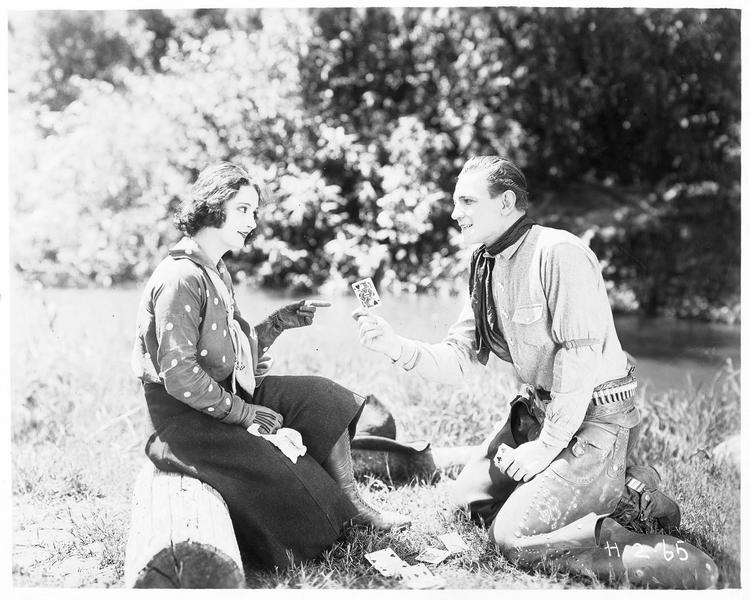 Sunset Sprague (B. Jones) tirant les cartes à une jeune femme
