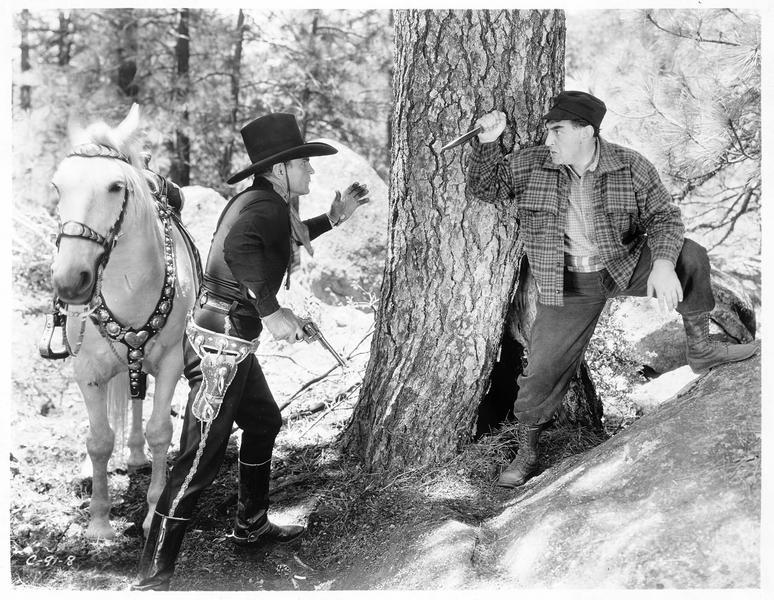 Sergeant Tom McKenna (B. Jones) menacé par Henchman Pierre (M. Lewis) qui brandit son couteau