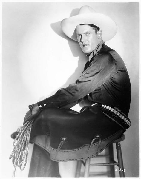 Portrait de Ken Maynard, le 'cow-boy étoile' de la First National, alors qu'il termine le tournage du film, 'L'Evangile du Canon'
