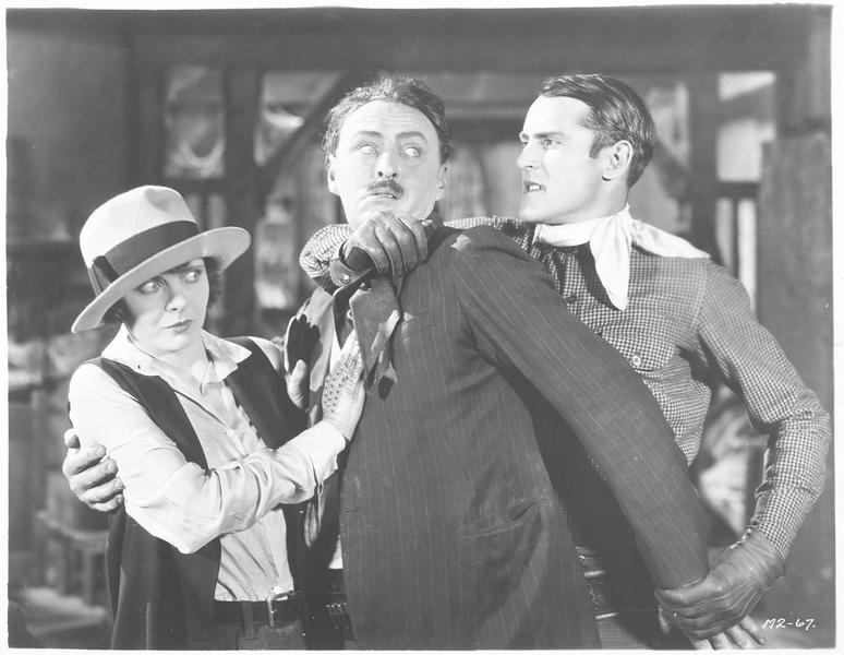 Tom Drury, le cavalier inconnu (K. Maynard) saisissant un homme par la force