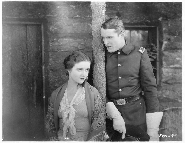 Lt. John Scott (K. Maynard) et Jane Logan (A. Drew)