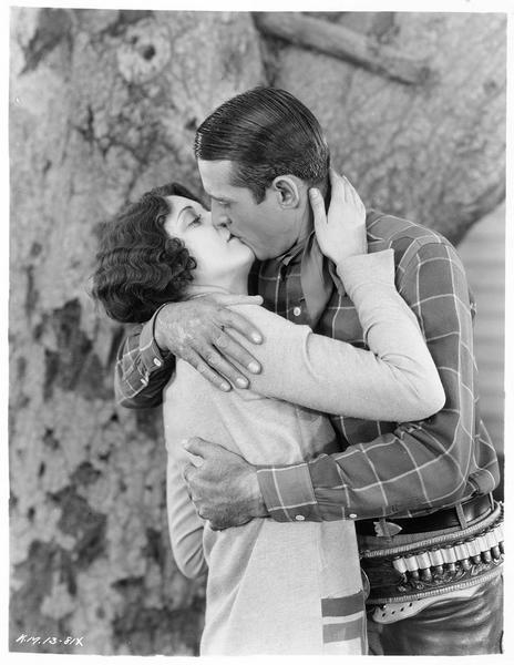 Tim Kelly (. Maynard) embrassant Sally Ann Drew (E. Gilbert)