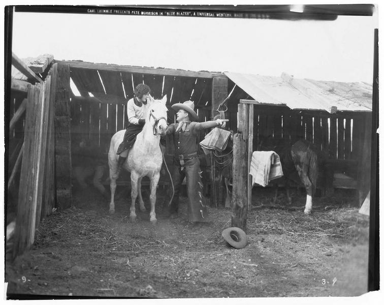 Dee Halloran (P. Morrison) et une jeune femme à cheval dans l'écurie