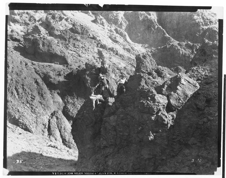 Un homme en difficulté dans un site rocailleux