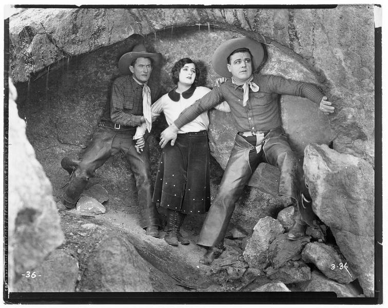 Dee Halloran (P. Morrison), une jeune femme et un homme se tenant sur leurs gardes