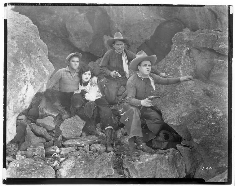 Dee Halloran (P. Morrison), une jeune femme et deux hommes se tenant sur leurs gardes