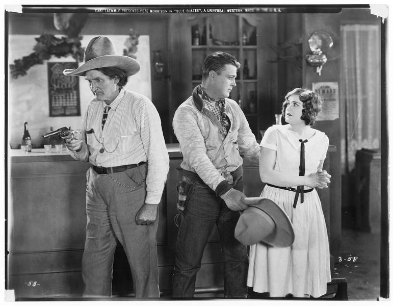 Dee Halloran (P. Morrison) au saloon avec une jeune femme