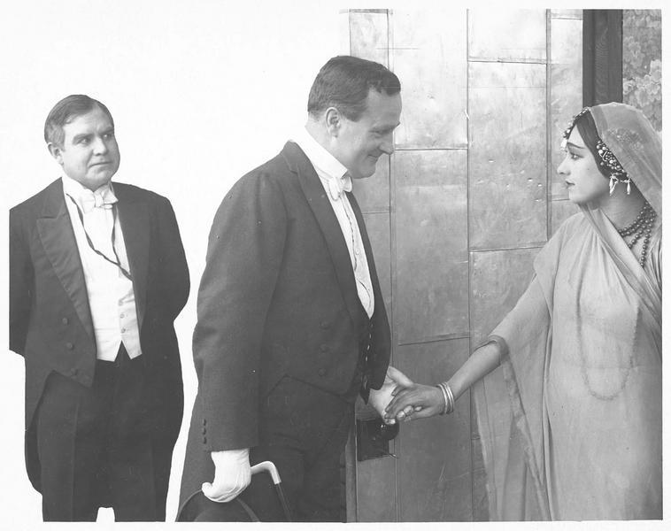 Rose (R. Dolly) devant le miroir et Jack Van Norman (W. Lucas)