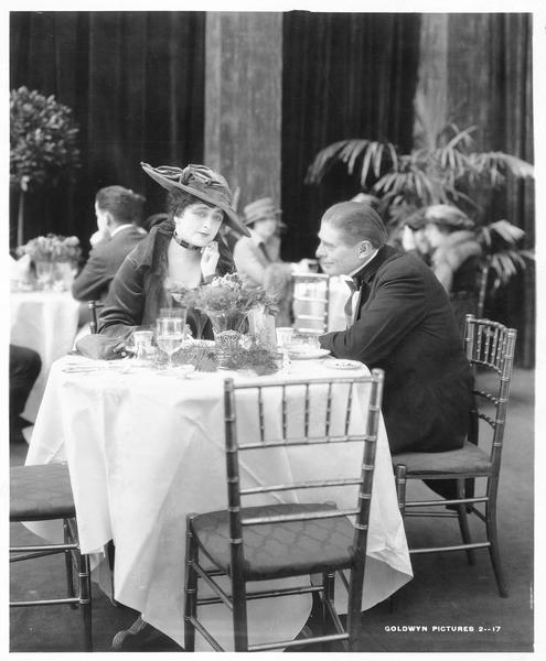 Mrs. Copley (M. Elliott) au restaurant