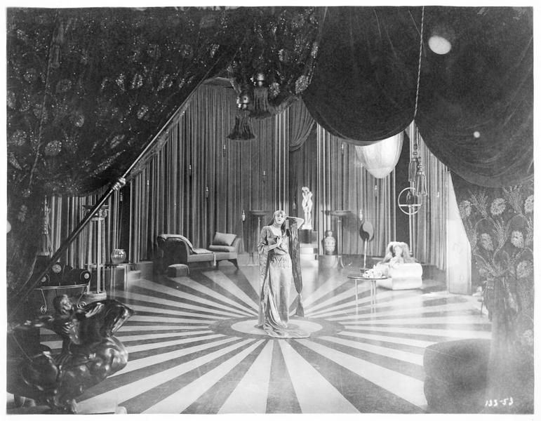 Jacqueline de Séverac-Zareda (B. La Marr) au milieu d'une scène de théâtre
