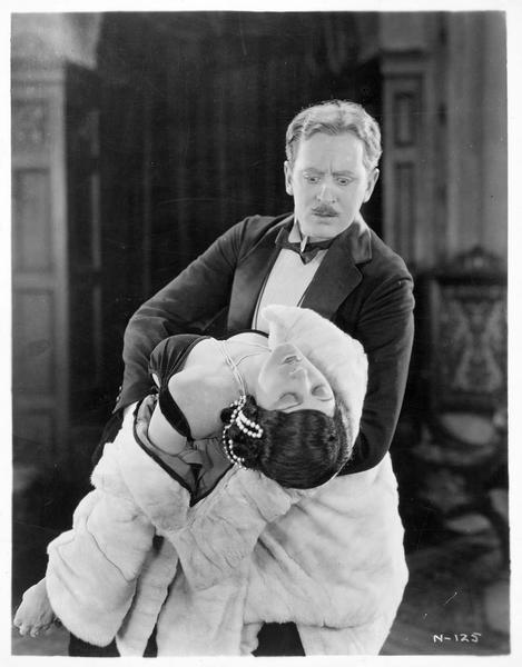 Anna Valeska (B. La Marr) évanouie dans les bras de Ambrose Applejohn (M. Moore)