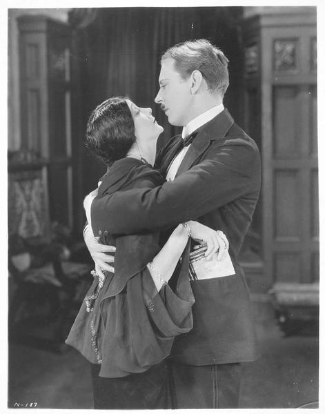 Anna Valeska (B. La Marr) dans les bras de Ambrose Applejohn (M. Moore)