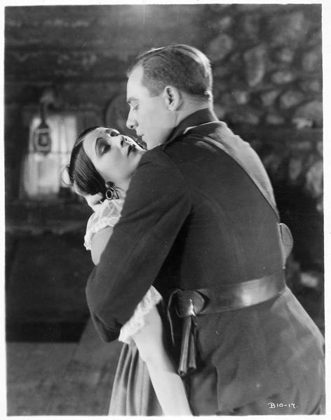 Camille Lenoir (B. La Marr) enserrée dans les bras du sergent Neil Tempest (E. William)