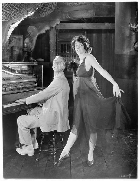 Lou Lorraine (B. La Marr) esquissant un pas de danse au son du piano