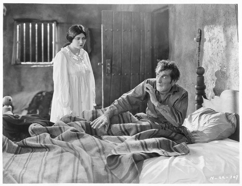Guerita (B. La Marr) menaçant un homme dans son lit