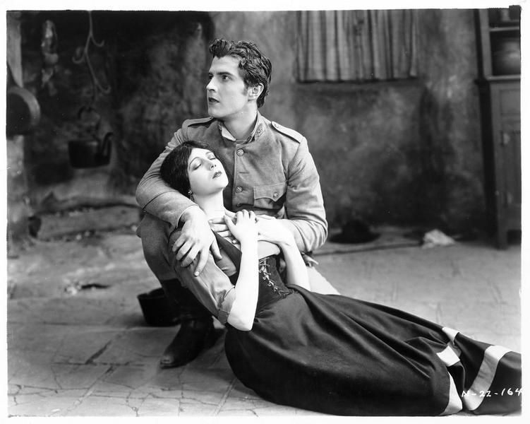 Guerita (B. La Marr) étendue au sol, dans les bras de Juan Ricardo (R. Novarro)