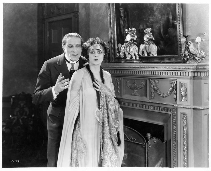 Mona Reid, la phalène blanche (B. La Marr) et un homme lui parlant à l'oreille