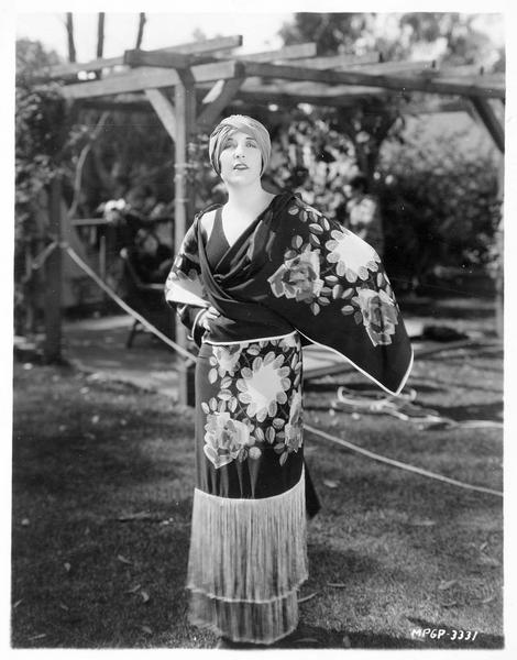 Portrait de Aileen Pringle dans une robe japonaise qu'elle a portée pour une scène de 'The Wife of the Centaur'