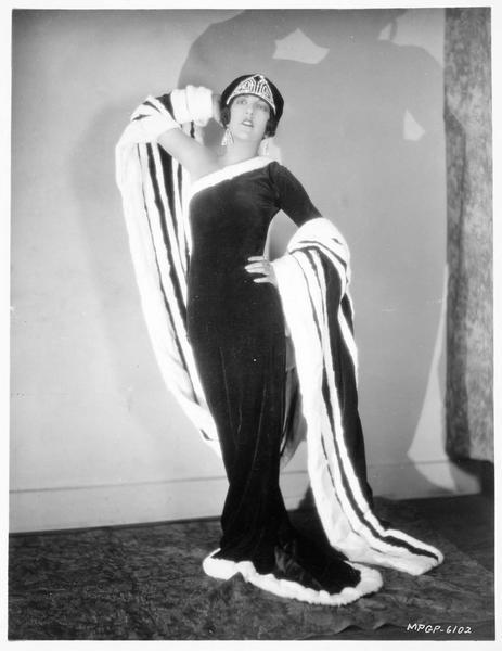 Portrait de Aileen Pringle portant une tenue créée par Romain de Tirtoff Erte dans 'The Mystic'