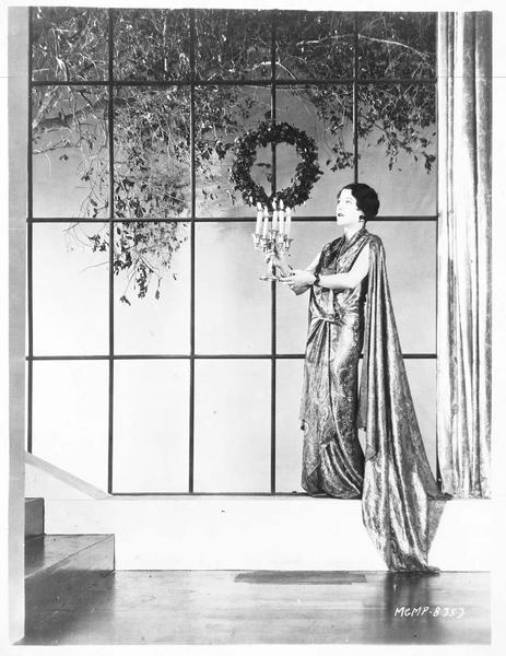 Portrait de Aileen Pringle en train de décorer sa maison de Hollywood en vue des fêtes de Noël