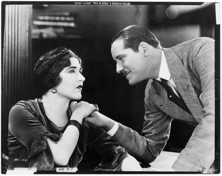 Mrs. Eva Boutelle (A. Pringle) dans une scène d'intimité