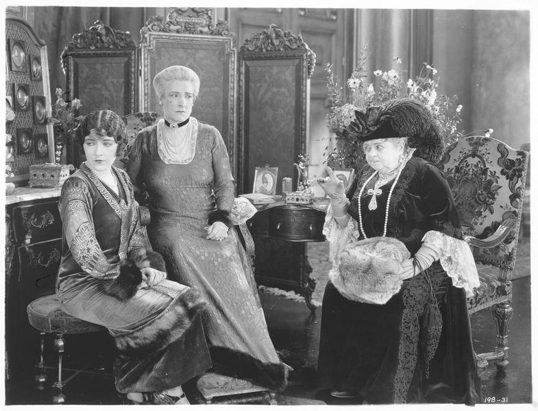 Tamara Loraine (A. Pringle) assise à côté de la princesse Ardacheff (E. Fitzroy) et ne voulant pas entendre les recommandations qu'on lui fait