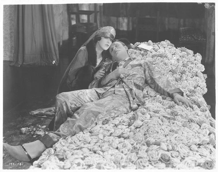 La reine (A. Pringle) aux côtés de Paul Verdayne (C. Nagel) qui est étendu sur le lit