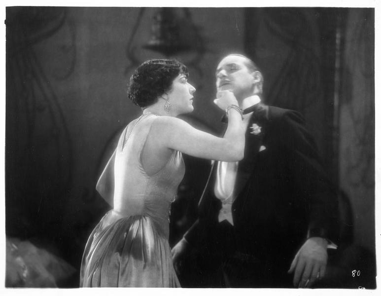 Juneau MacLean (A. Pringle) donnant un coup de poing dans la figure d'un homme