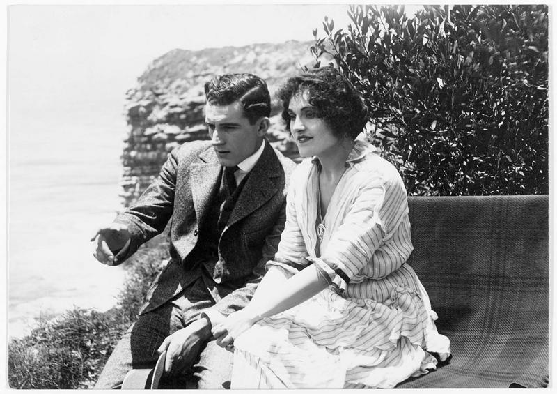 Maude (L. Young) discutant avec Ralph (F. Bennett), le mari de sa copine