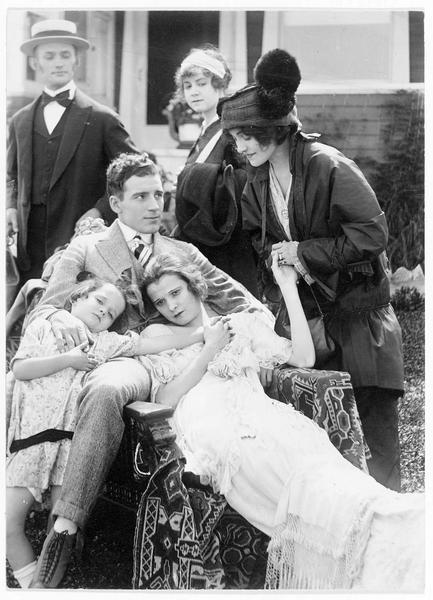 Grace (B. West), son mari (F. Bennett), son amie Maude (L. Young) et l'enfant (B. Marsh)