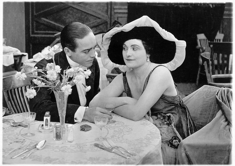 Lucia Medina (L. Young) et Stanley (W.E. Lawrence) au restaurant