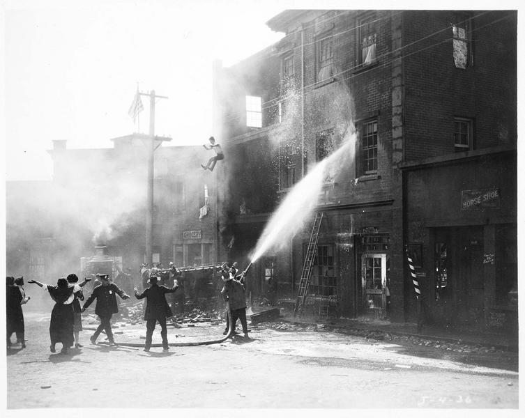 Intervention des pompiers sur l'incendie d'un immeuble