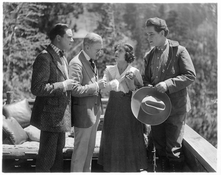 Trois hommes et une femme sur une terrasse