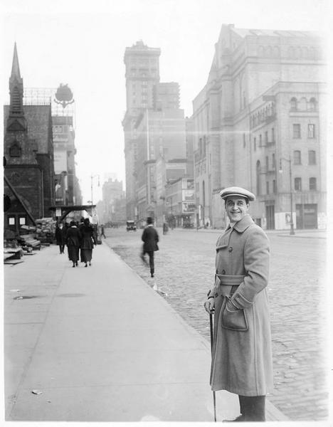 Taylor Holmes se promenant en ville